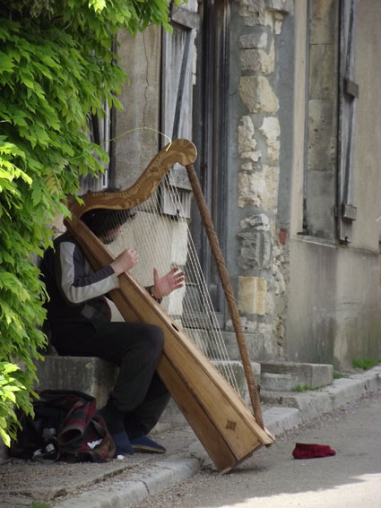 034-vezelay-musicien-de-rue-petit