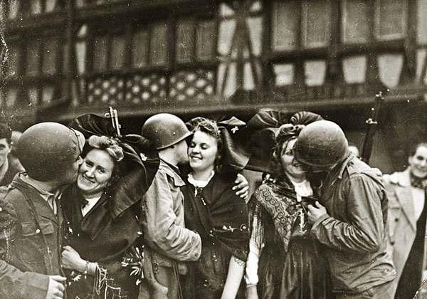 Soldats de la 2e DB en compagnie de jeunes Alsaciennes
