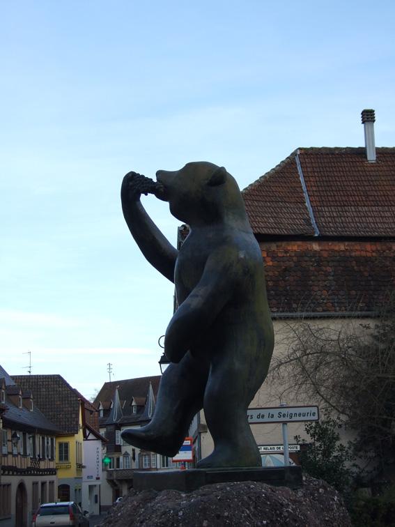 DSCF3983 ours mangeant une grappe de raisin